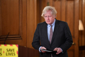 Il primo ministro Boris Johnson ad un briefing con i media a Downing Street a Londra