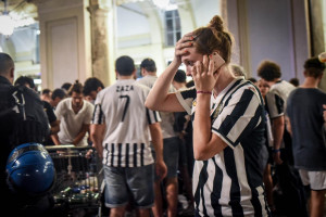 Panico tra la folla che assisteva alla finale di Champions Legaue tra Juve e Real Madrid in Piazza San Carlo