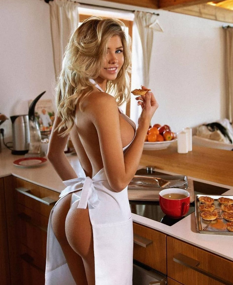 Natalya Krasavina mostra lato-b in cucina