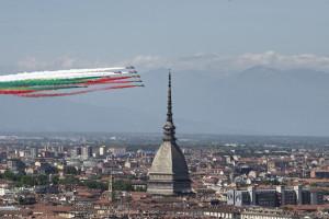 Frecce Tricolori sopra Torino, omaggio alle vittime Covid e alla Repubblica