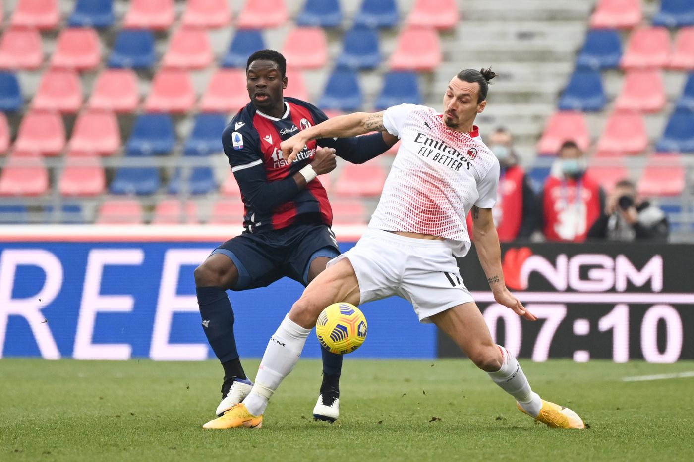 Zlatan Ibrahimovic (AC Milan) in azione contrastato da Adama Soumaoro (Bologna F.C.)