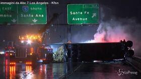 California, tempesta sull'autostrada: un camion si ribalta e si ferma prima del precipizio