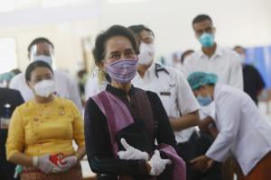 Myanmar, Aung San Suu Kyi assiste alle prime vaccinazioni anti-Covid fatte agli operatori sanitari
