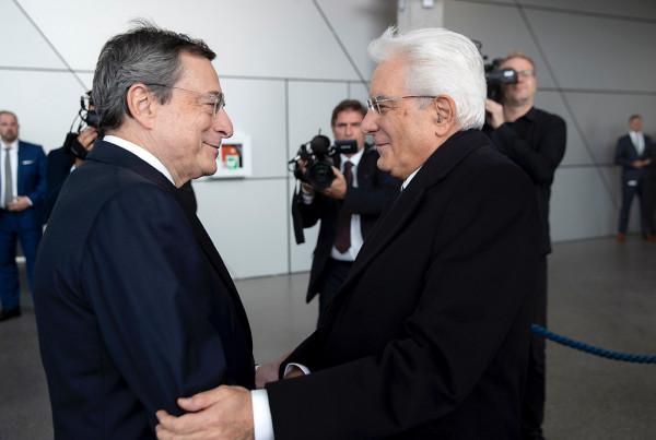 Mattarella alla cerimonia di commiato per Mario Draghi a Francoforte