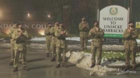 Regno Unito, l'omaggio dei soldati al veterano Tom Moore