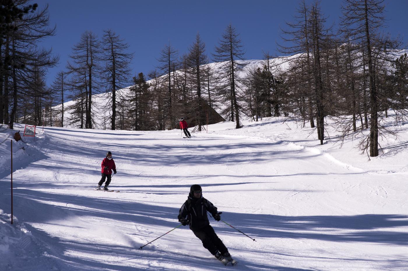 Turisti sulle piste da sci di Claviere