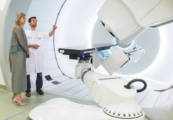 Maxima dei Paesi Bassi visita il centro di protonterapia di Groningen