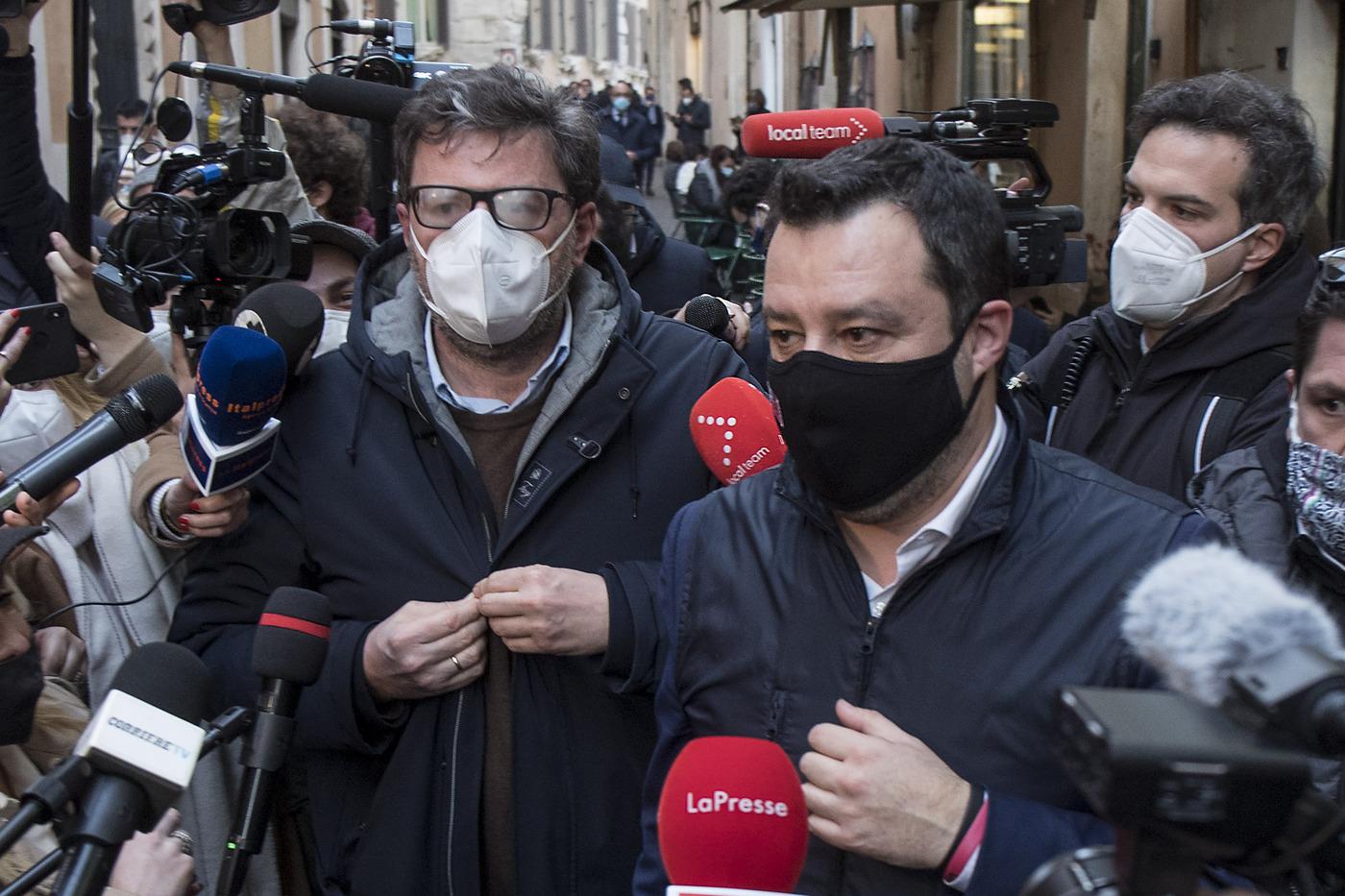 Roma, pausa caffè per Matteo Salvini e Giancarlo Giorgetti