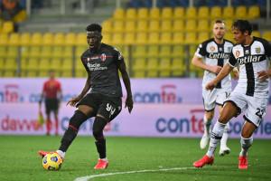 Musa Barrow (Bologna F.C.) in azione contrastato da Bruno Alves