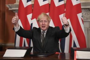 Boris Johnson firma l'accordo sulla Brexit