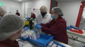 Boris Johnson visita un impianto di produzione di test Covid-19
