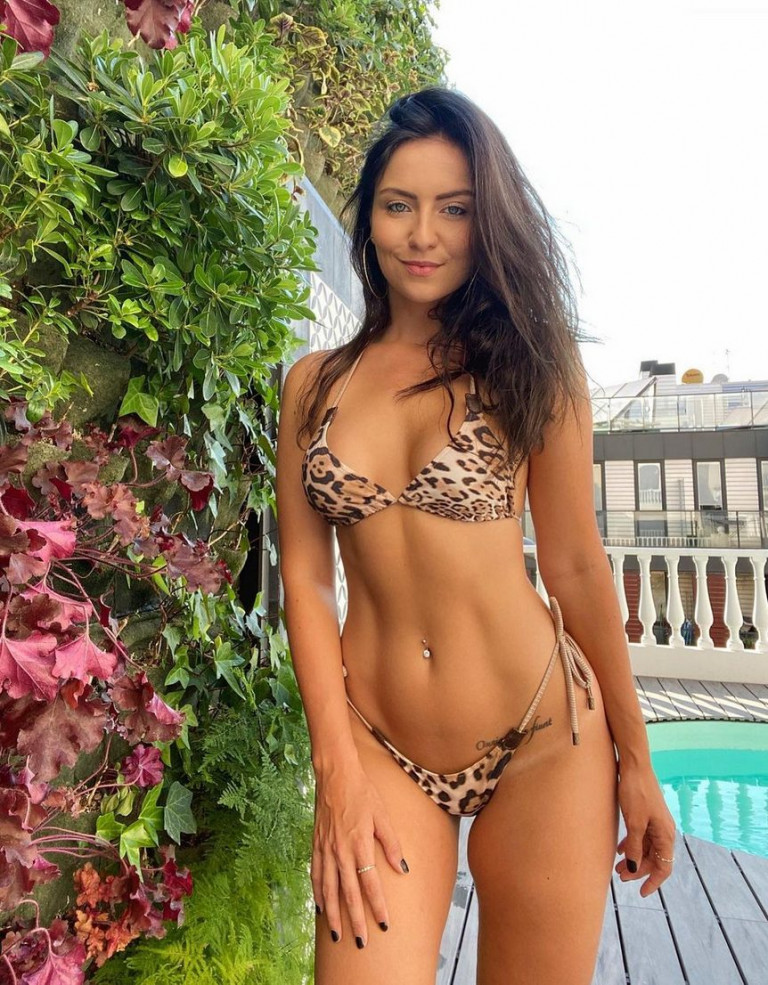 Lydia Farley in bikini leopardato
