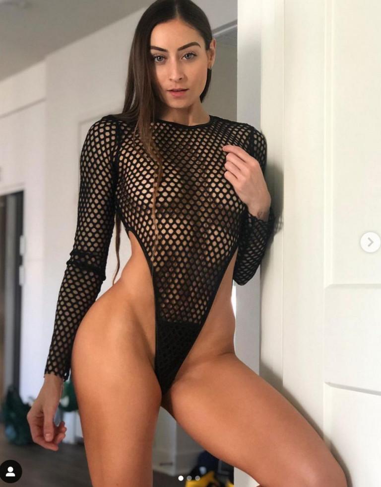 Stephanie Marie semi nuda