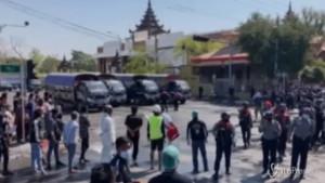Myanmar: polizia usa idranti per disperdere i manifestanti