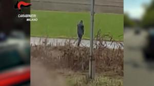 Uccisa a coltellate nel Milanese, le immagini dell'omicida in fuga da luogo del delitto