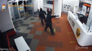 Bari, rapina a mano armata in un centro scommesse