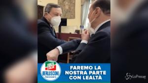 Berlusconi, saluto a Draghi con il gomito