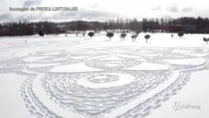 Finlandia, opera d'arte sulla neve: un enorme fiocco realizzato con le impronte