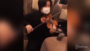 Il violinista Tatsuki Narita improvvisa un concerto tra i vagoni vuoti del treno