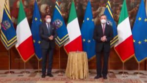 Draghi riceve la campanella da Conte