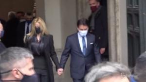 Giuseppe Conte lascia Palazzo Chigi tra gli applausi