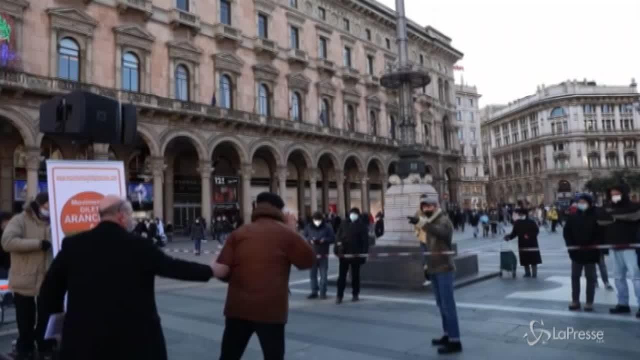 Gilet arancioni in piazza Duomo