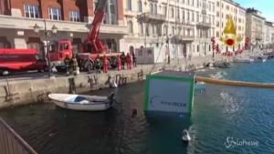 Trieste, la bora fa volare due container in un canale