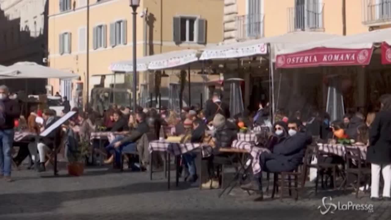 Folla nelle piazze e nei ristoranti nel giorno di San Valentino