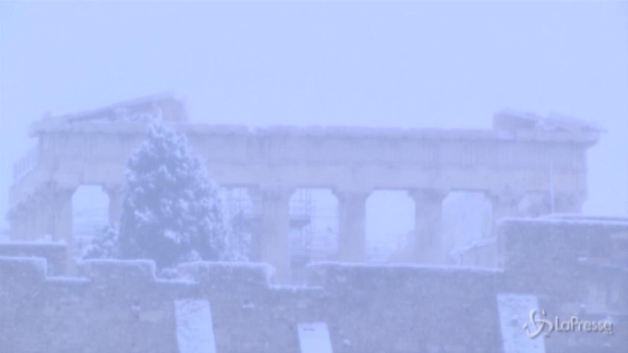 Atene sommersa dalla neve