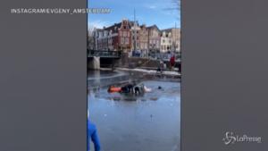 Amsterdam: il ghiaccio si rompe, pattinatori finiscono in acqua
