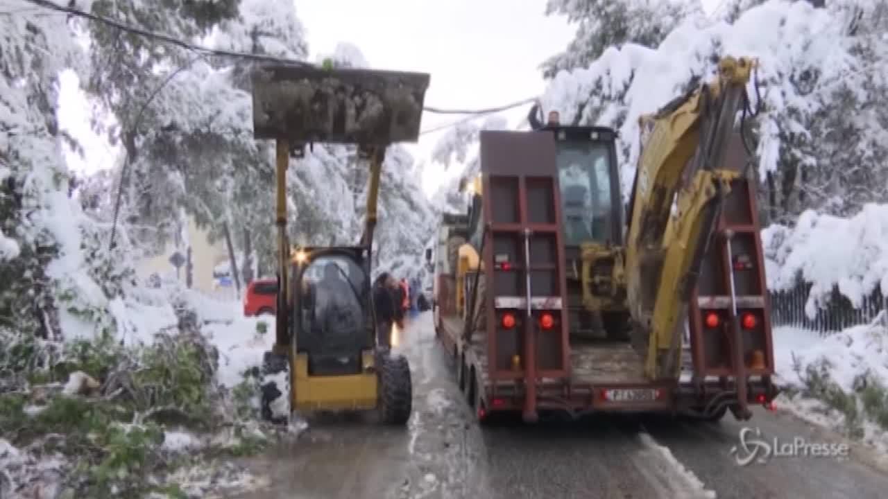 Bulldozer per spalare e liberare le strade di Atene