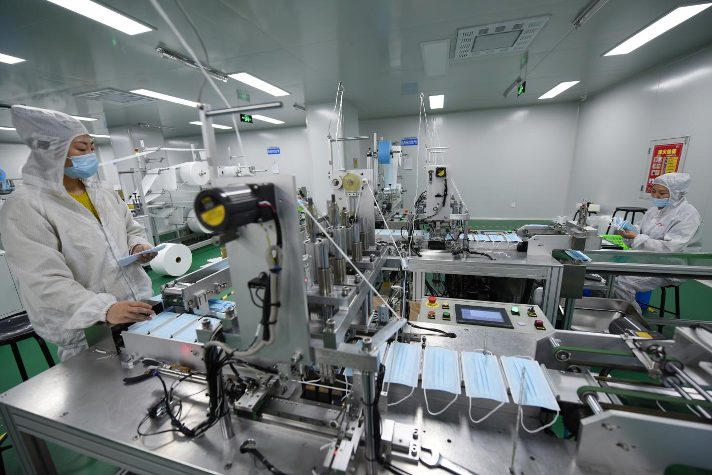 Linea di produzione di mascherine presso un'azienda di forniture mediche in provincia di Hebei in Cina