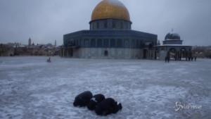 Cupola d'oro della Moschea della Roccia imbiancata dalla neve