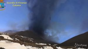 Eruzione dell'Etna, soccorso alpino sulle cime innevate