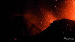 Eruzione Etna, getti di lava nella notte