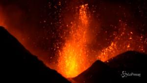 Eruzione Etna con fontane di lava