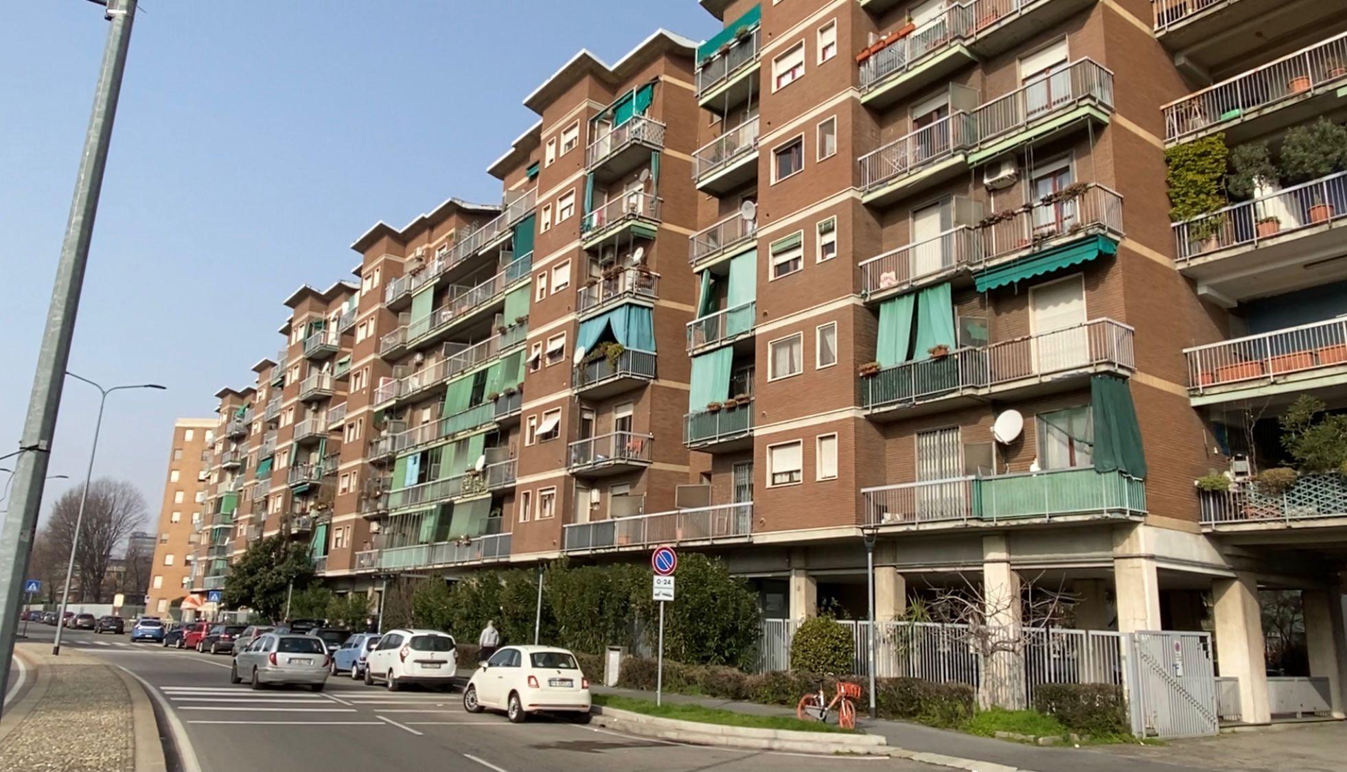 Milano, aggredisce passanti e polizia: agente spara e lo uccide