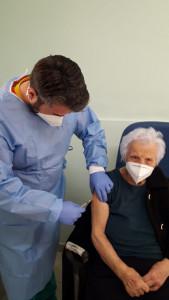 nonna carmela si vaccina a 101 anni