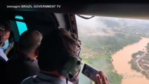 Bolsonaro sorvola in elicottero le zone alluvionate in Brasile