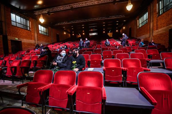 Teatro Franco Parenti, luci accese dei teatri e flashmob