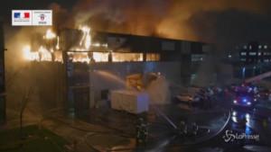 Maxi-incendio in un'azienda di vernici a Parigi