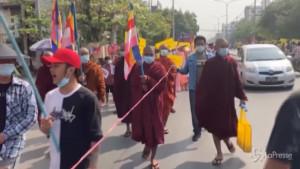 Monaci e monache buddiste contro il colpo di stato