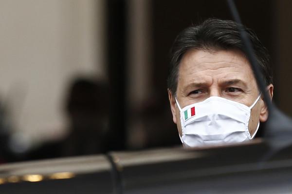 Il presidente del consiglio dimissionario Giuseppe Conte lascia palazzo Chigi