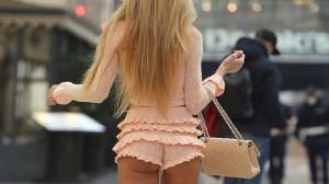 Taylor Mega a spasso per Milano con shorts cortissimi