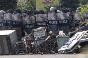 Proteste anti golpe in Myanmar, la polizia spara ancora sui manifestanti