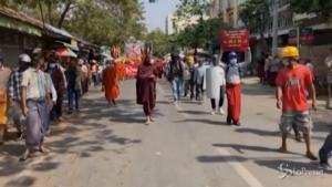 Monaci buddisti si uniscono alla protesta a Mandalay