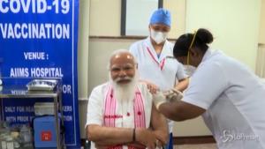 Modi riceve prima dose vaccino indiano Covaxin