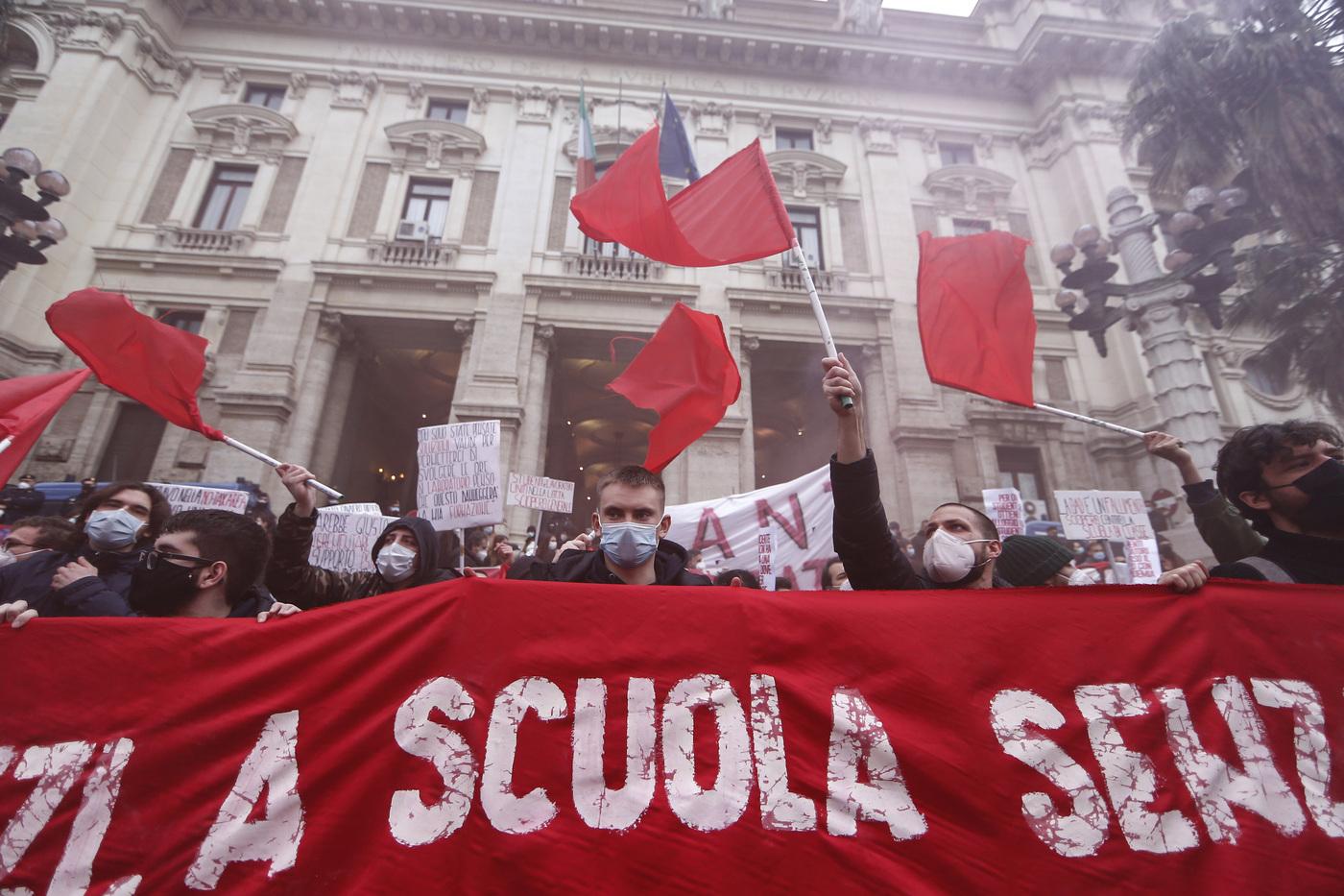 Manifestazione degli studenti e dei professori per la riapertura delle scuole in sicurezza