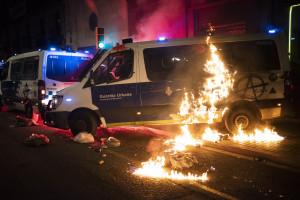 Spagna, proteste contro l'arresto del rapper Pablo Hasel: scontri a Barcellona