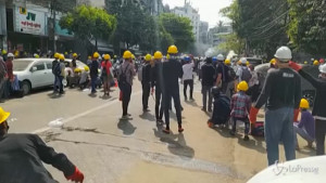 Gas lacrimogeni contro i manifestanti a Yangon